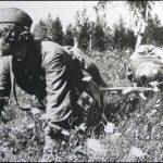 Елена Ковальчук выносит раненого с поля боя, фото 1942 года. Фото С.Косырева