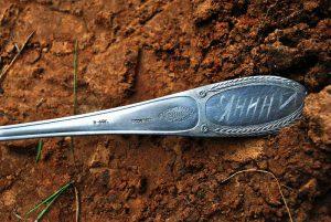 В результате эксгумации захоронения у одного из бойцов была найдена ложка, на которой чётко читалась фамилия Янин