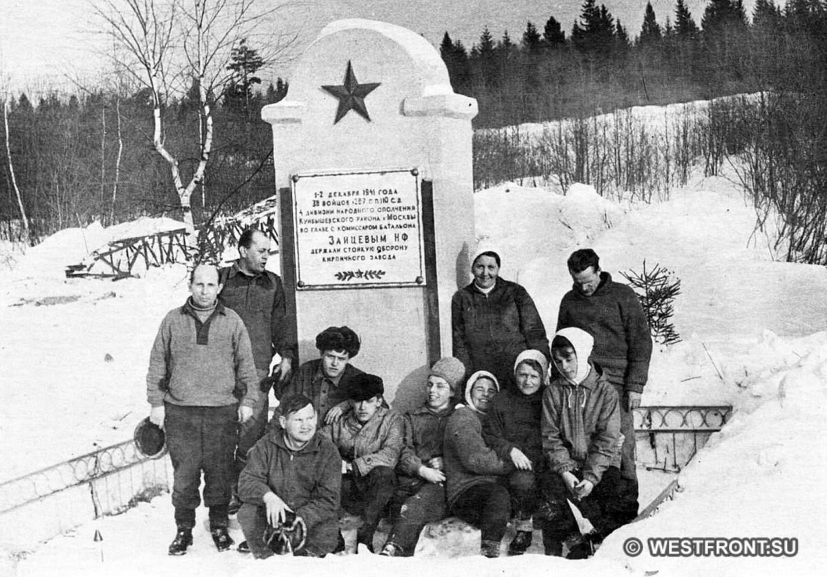 Памятный знак в честь героической обороны кирпичного завода. В конце 1990 гг. построен новый. Фото И. Ключников