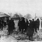 Жители г. Боровска расчищают дорогу (немецкая фотография).