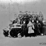 фотография группы бойцов 201 Латышской стрелковой дивизии на фоне Боровского Пафнутьевского монастыря