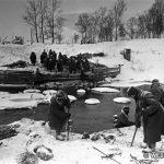 Саперы 1-й ГМСД наводят переправу через р. Нара после освобождения Наро-Фоминска. Декабрь 1941