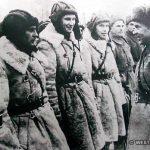 Командир 1-й гв. мсд полковник Лизюков беседует с танкистами.