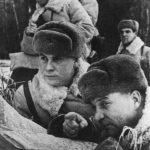Командир 1-й мотострелковой дивизии А.И.Лизюков, комиссар В.В.Мешков и начальник штаба Д.И.Бахметьев просматривают передовую полосу обороны.