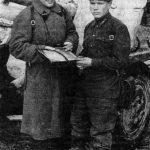 Перед выдвижением батареи 971-го артполка на прямую наводку. Командир М. В. Шатрюк (справа), комиссар С. М. Широков (автор книги На полях подмосковья). Ноябрь 1941 г.