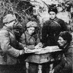 Партийная комиссия принимает в члены ВКП(б) прославленного командира 4-го орудия 1-ой батареи 971-го артиллерийского полка Н. И. Чернышёва.