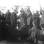 В городском сквере г. Вереи бойцы 33-й армии хоронят своих боевых товарищей. Январь 1942 года.