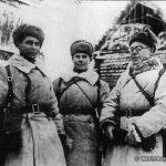 Политрук отдельной роты связи 110-й стрелковой дивизии Н.П.Смирнов (справа) с боевыми товарищами.
