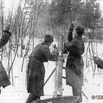 Расчёт 120 мм миномёта 1 гв. Московской мсд. Слева направо: командир - ст. с-т Жирнов, наводчик Павлов, заряжающий Савченко, рядовой Волын.