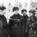 Бойцы и командиры 6-го мсп 1 гв. мсд. В центре - комиссар полка В.И.Вьюнков. Слева, судя по всему, двое солдат-новобранцев лет 18-ти. Фото, скорее всего, сделано во время беседы политработников с молодым пополнением.