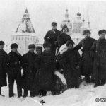 Бойцы и офицеры 201 Латышской стрелковой дивизии фотографируются на фоне Боровско-Пафнутьевского монастыря. Боровск, январь 1942 года