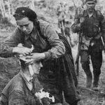 Санитарка А.Зудинова перевязывает автоматчика, рененного в бою под Наро-Фоминском
