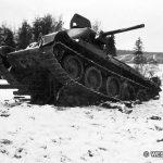 Советский танк Т-34 из 20-й ТБр, раздавивший немецкую легкую полевую гаубицу из артиллерийского полка 7-й пехотной дивизии вермахта в боях под Наро-Фоминском. 1941 год
