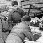 В перерывах между боями артиллеристы обновляют оформление агитсаней (971 артполк 110 сд). Слева направо: политрук 1-ой батареи С.М. Широков, командир 2-го орудия Е.Д. Миронов, М.В. Артёмов. Февраль 1942 г.