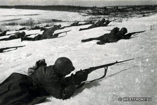 Гвардейцы Московской Пролетарской дивизии во время боя (ракурс 2)