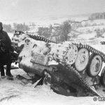 Красноармейцы стоят рядом с подбитым немецким танком (Pz.Kpfw.38(t))