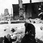 После освобождения Наро-Фоминска жители возвращаются к развалинам своих домов. Зима 41-42 гг.