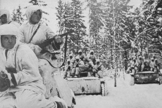 Советские танки Т-40 с десантом автоматчиков в зимнем лесу под Наро-Фоминском