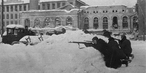 Партизаны занимают оборону во дворе Наро-Фоминской прядильной фабрики. Декабрь 1941 г. Автор - В. Олейник